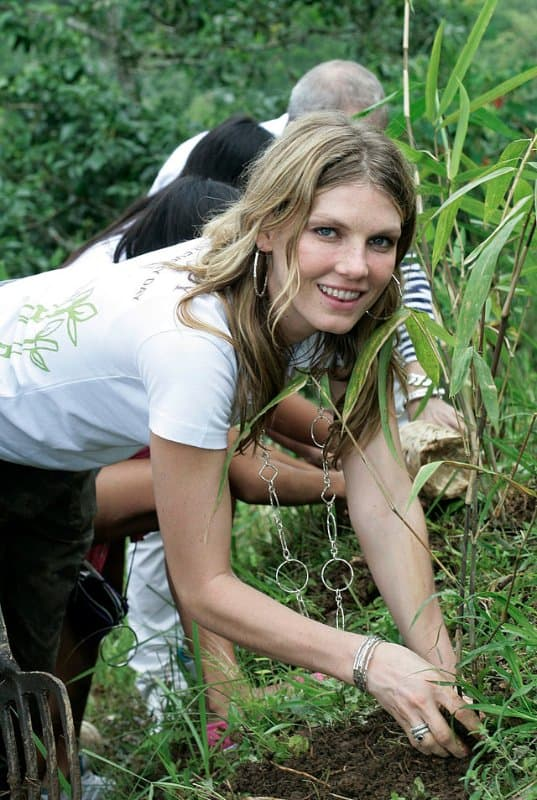 640px-Angela_Lindvall_is_Planting_Bamboo_Seedlings_in_Bali,_Indonesia