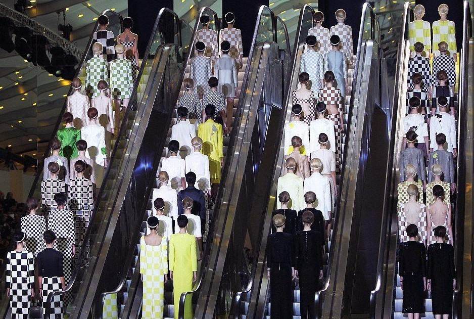 Marc-Jacobs-Louis-Vuitton-Geometric-Shapes-Collection-for-Paris-Fashion-Weeks-Grand-Finale-04