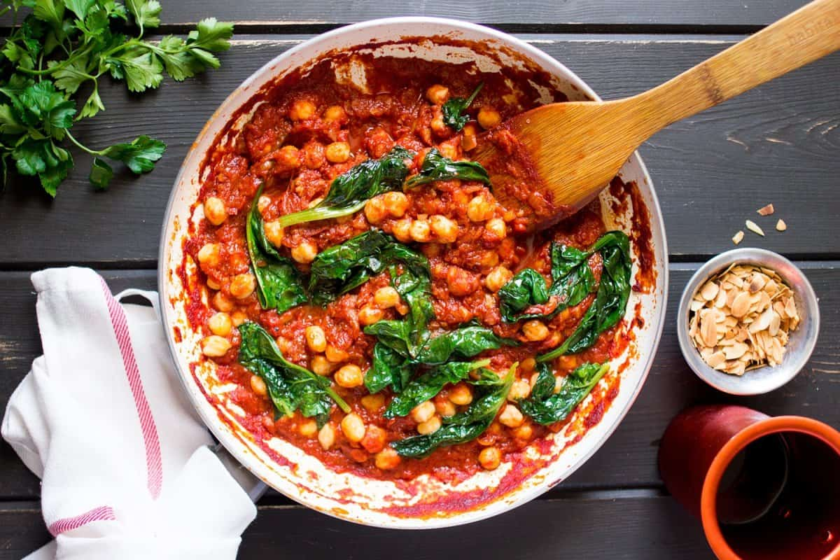 spanish-chickpea-and-spinach-stew-in-a-pan-800x1200